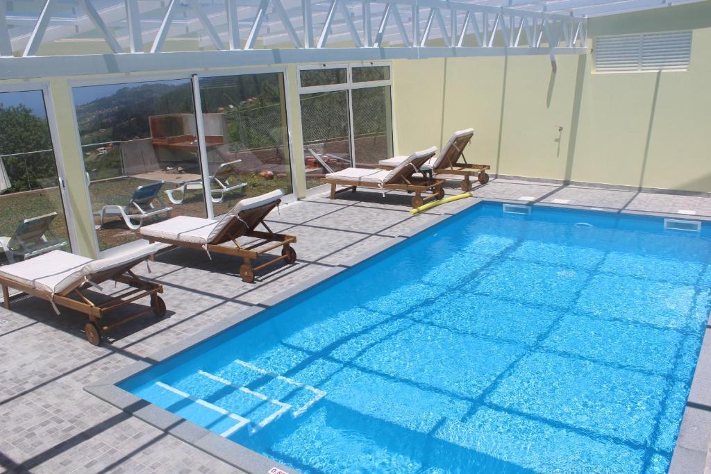 Casa de campo casa da relva com piscina aquecida portugal arco da calheta - Piscina interna casa ...
