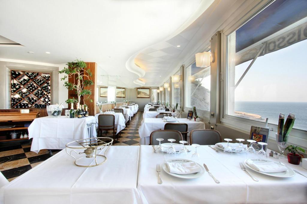 Restaurant ou autre lieu de restauration dans l'établissement Le Rhul