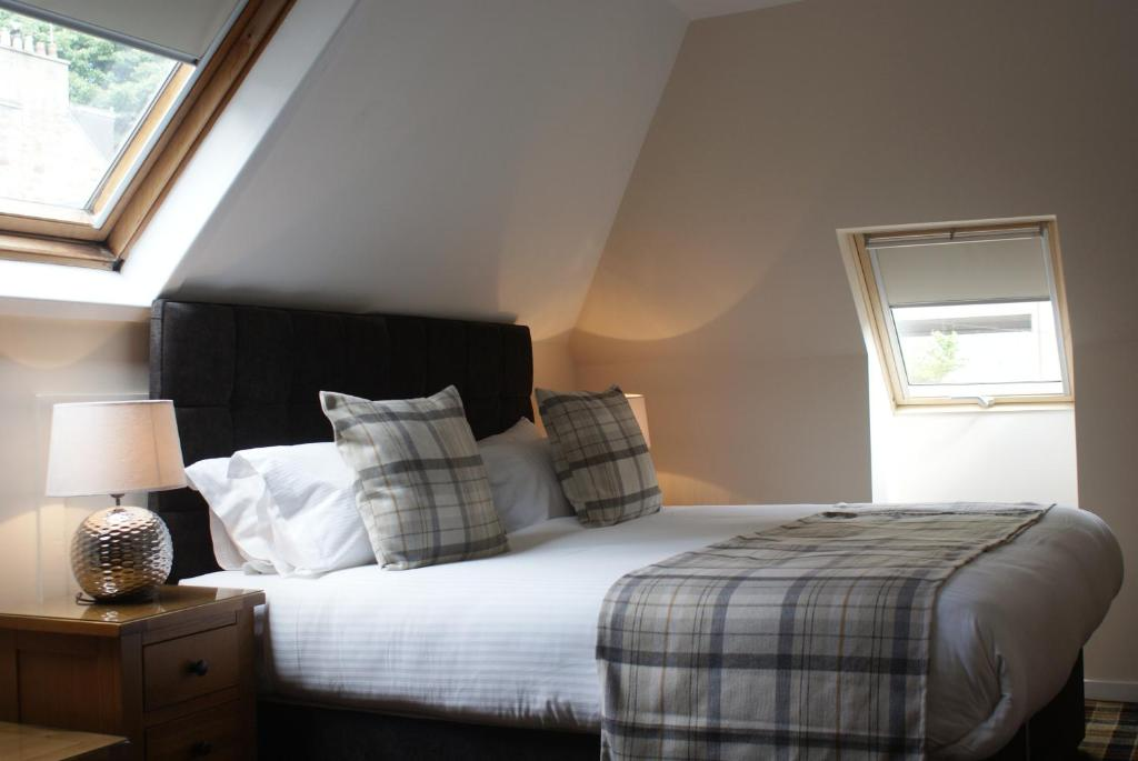 A bed or beds in a room at The Glen Mhor Apartments