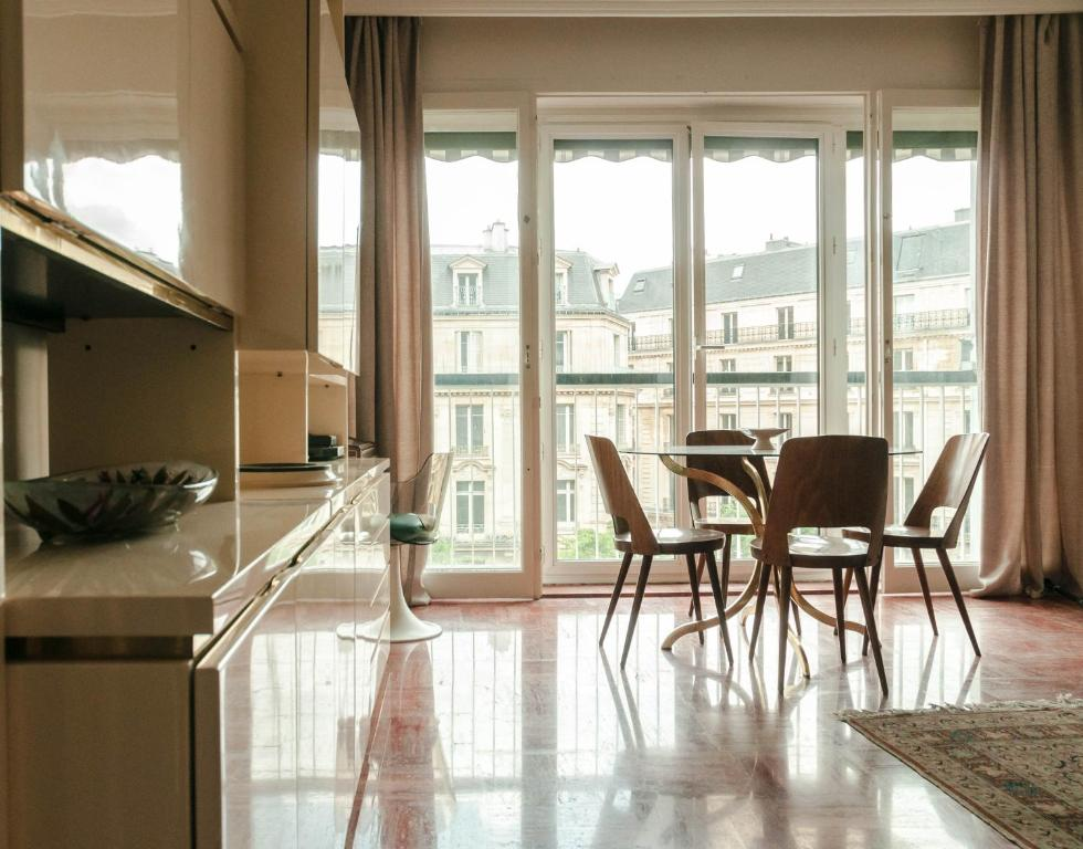 Apartment with view of eiffel tower latest bestapartment for Appart hotel 8eme paris