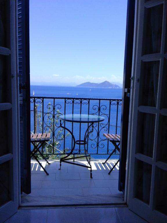 Een balkon of terras bij Aprilis Apartments