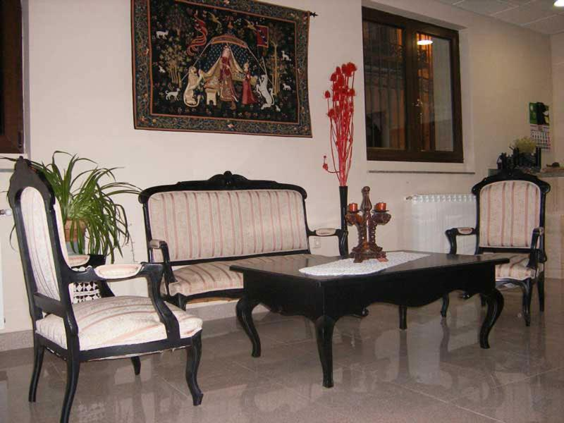 A seating area at Hostal Posta Real