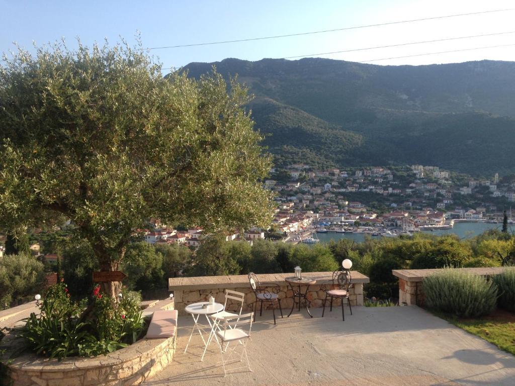 Ο Τάσος Δούσης ταξιδεύει στην Ιθάκη και ανακαλύπτει τις κρυμμένες βίλες στο Bαθύ που έχουν 9,5 στην booking έχουν ξετρελάνει τους ξένους και οι Έλληνες δεν τις έχουν πάρει χαμπάρι!