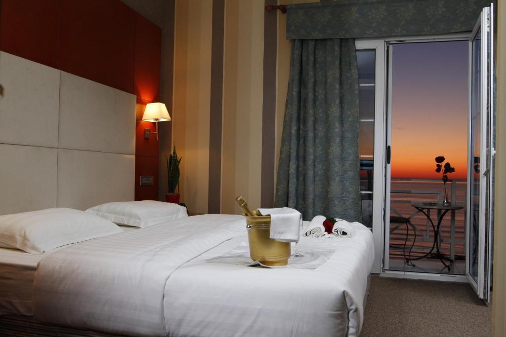 Een bed of bedden in een kamer bij Bel Conti Hotel