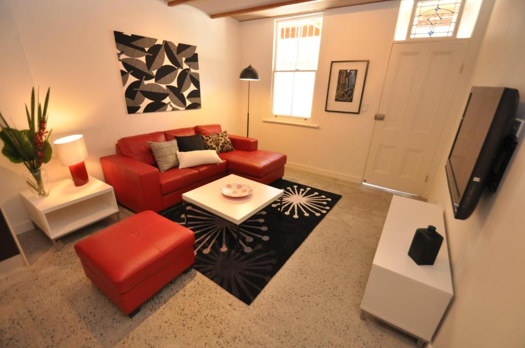 De lounge of bar bij Camperdown Self-Contained Modern Two-Bedroom Apartment (21 BRIGS)