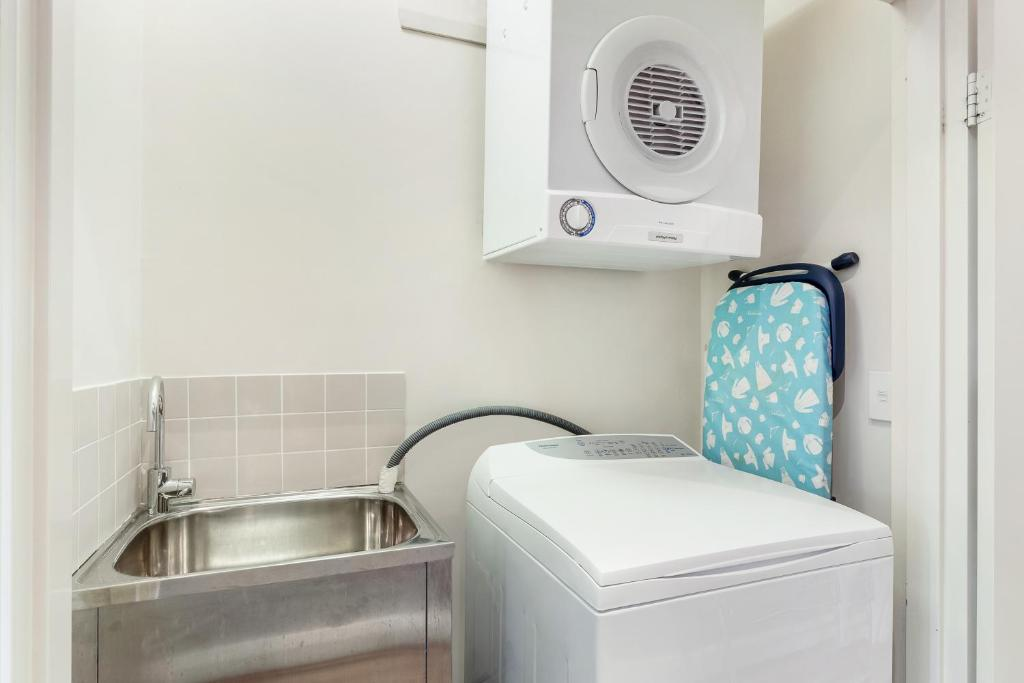 A kitchen or kitchenette at Glebe Self-Contained Modern One-Bedroom Apartment (6 COW)