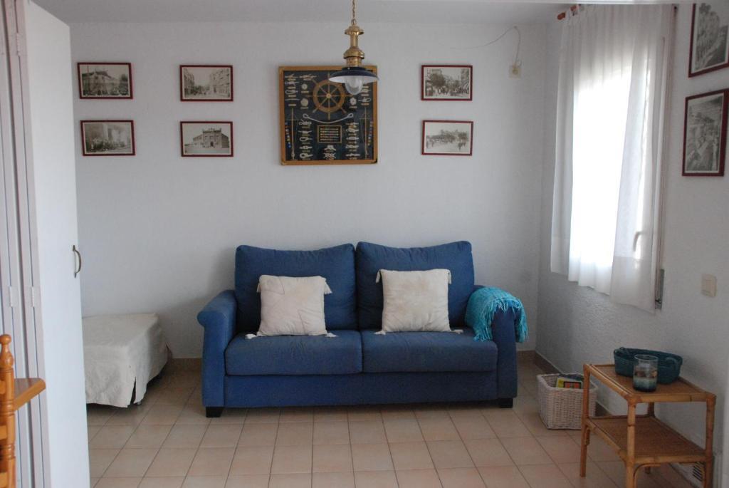 A seating area at Apartamento L Escala