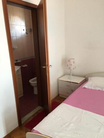 A bathroom at Apartment Zelenčić