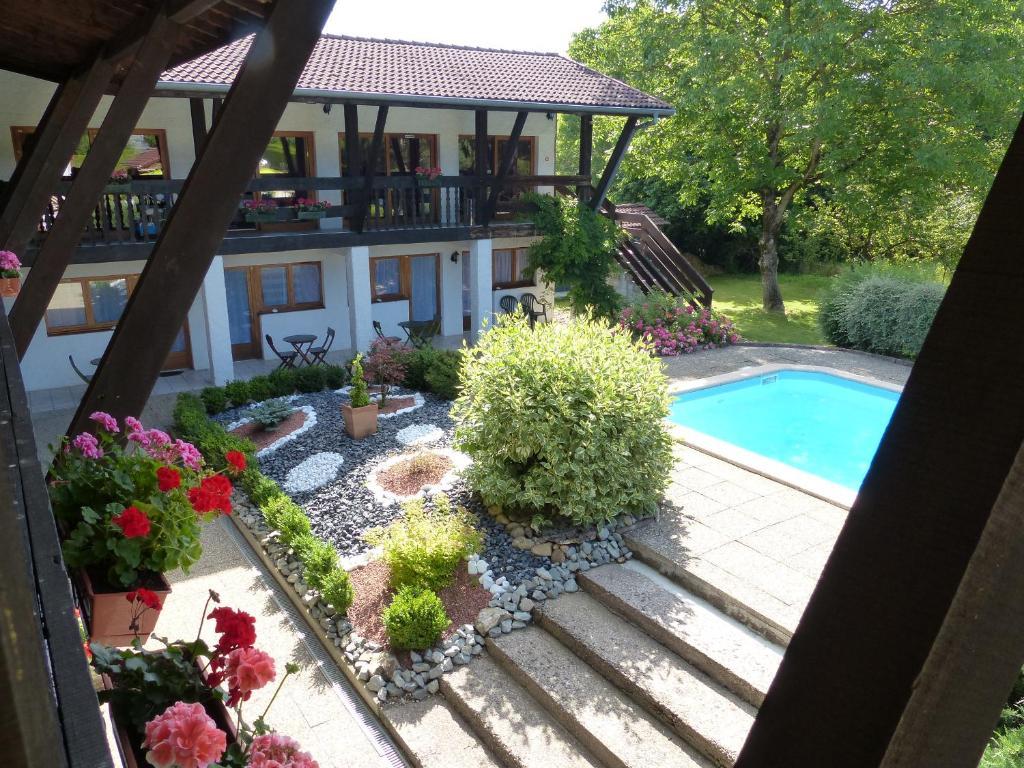Der Swimmingpool an oder in der Nähe von La Vieille Ferme