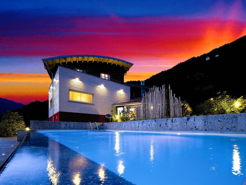 Basen w obiekcie Hotel & Spa La Pieve di Pisogne lub w pobliżu