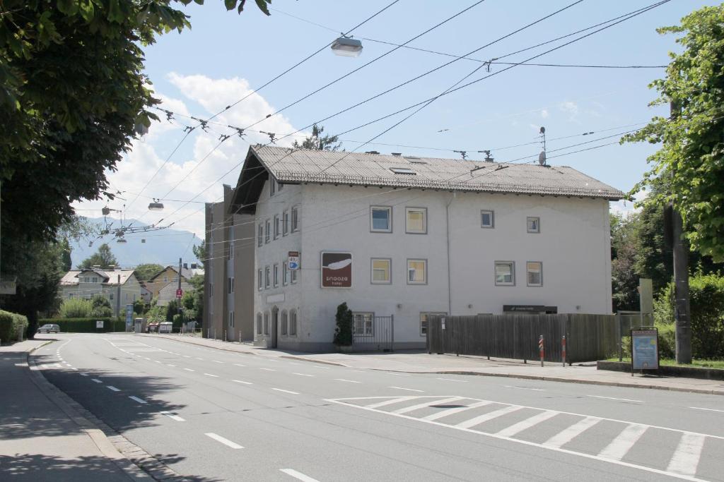 The facade or entrance of Snooze Guesthouse