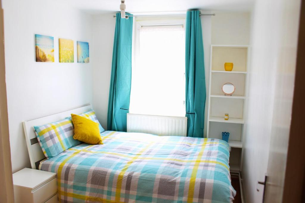 A bed or beds in a room at Hanbury 277