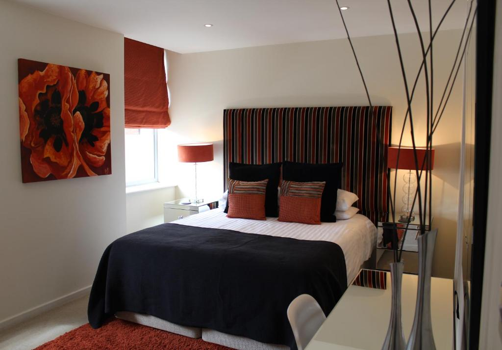 A bed or beds in a room at Chelmsford Serviced Apartments
