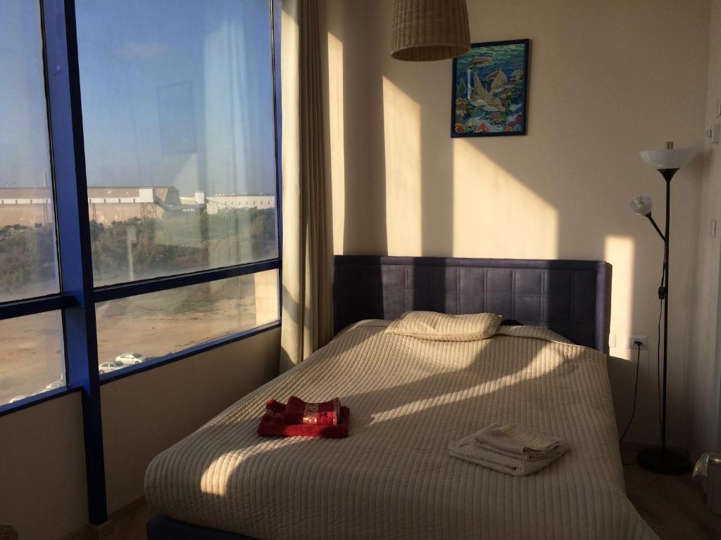 A bed or beds in a room at Ashdod Suites - Hatayelet Suites