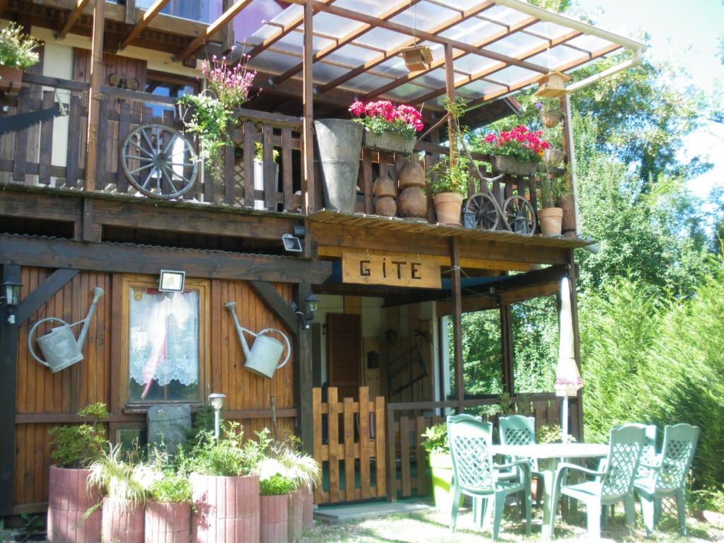 Ein Restaurant oder anderes Speiselokal in der Unterkunft Le Nid Du Caveau