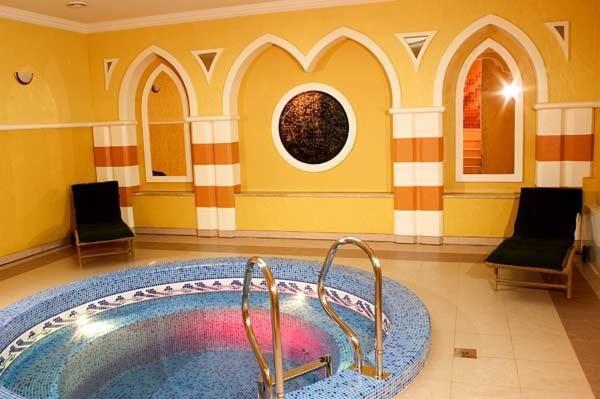 Бассейн в Отель Феникс или поблизости