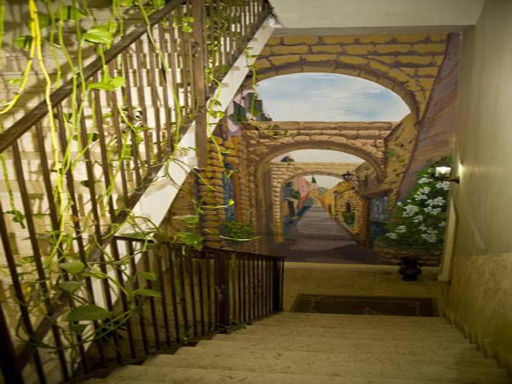 Eine Fassade oder ein Eingang zu Elmanzool - Carmel Lodging