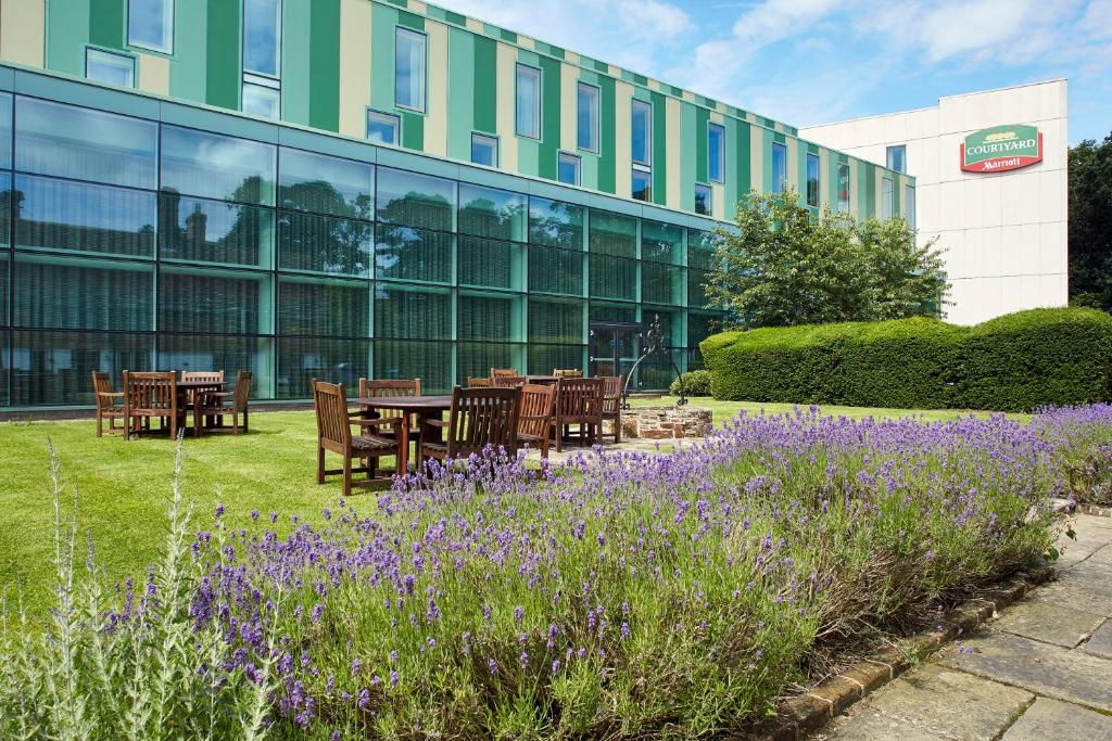 Patio o iba pang outdoor area sa Courtyard by Marriott London Gatwick Airport