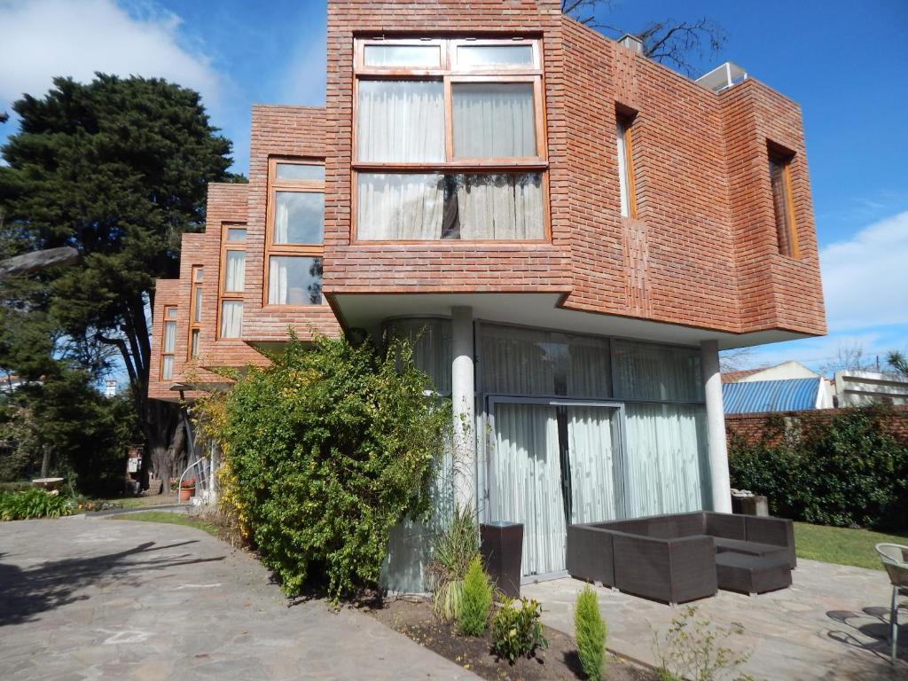 A porch or other outdoor area at Hotel Aeropuerto Ezeiza Casa de MR