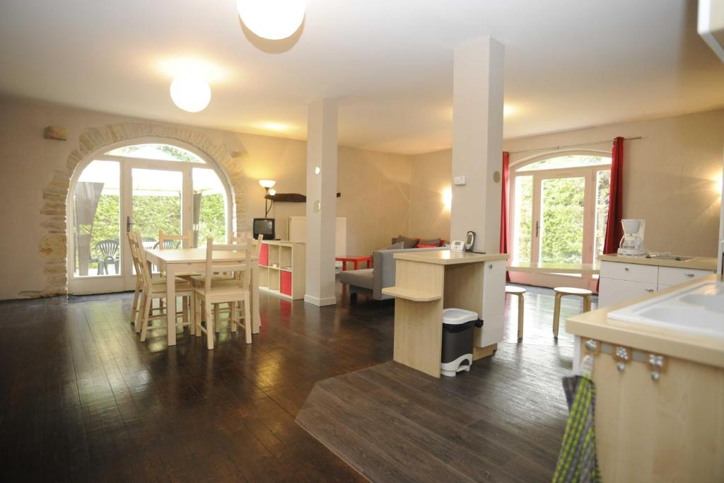 A restaurant or other place to eat at Appartement La Poulotte