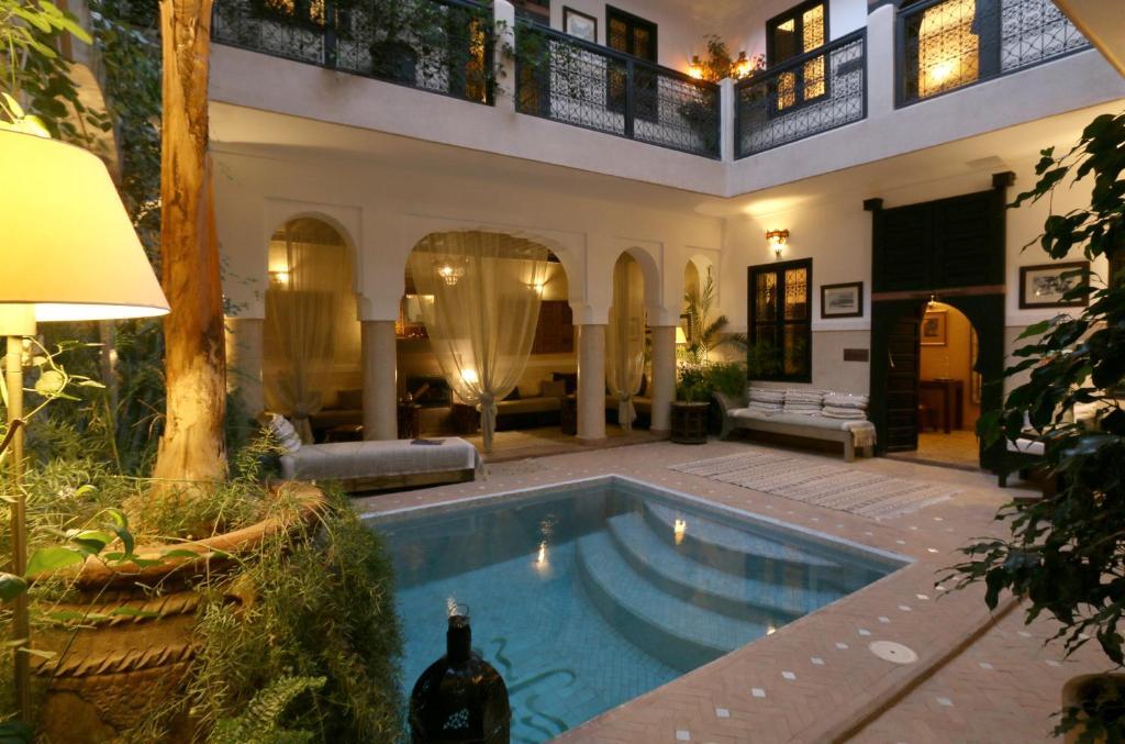 Het zwembad bij of vlak bij Riad Anjar