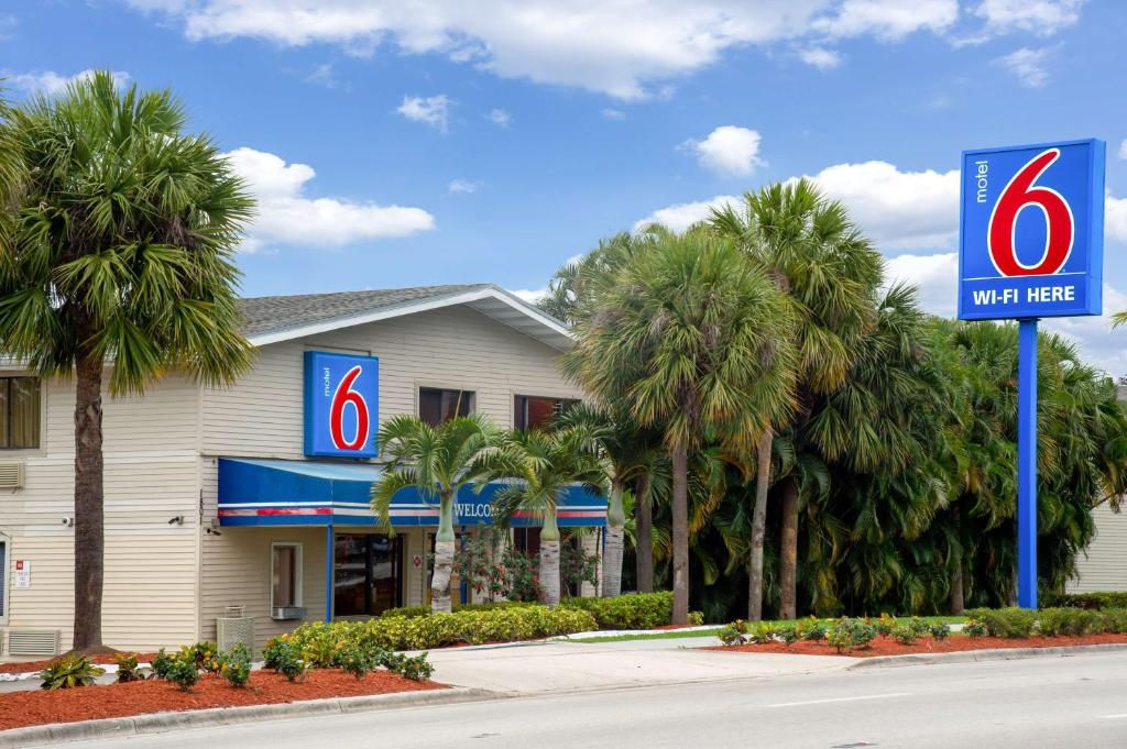 The Facade Or Entrance Of Motel 6 Fort Lauderdale