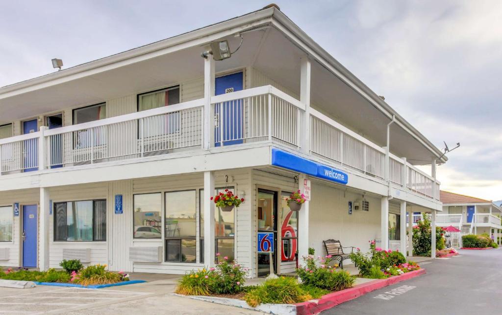 motel 6 medford north or. Black Bedroom Furniture Sets. Home Design Ideas