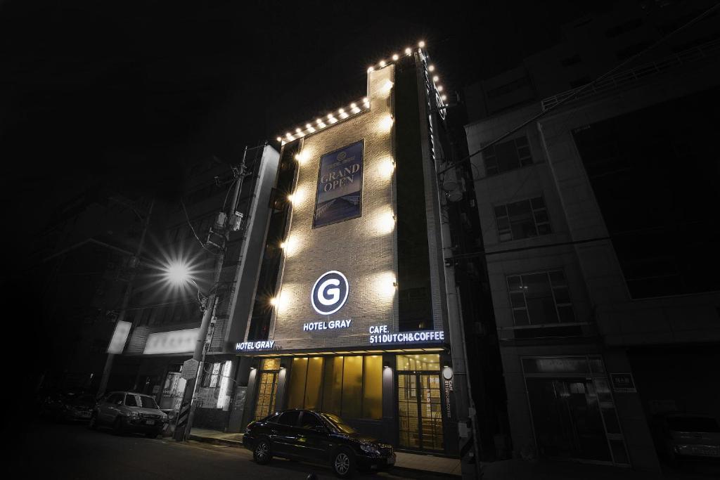 Eine Fassade oder ein Eingang zu Hotel Gray