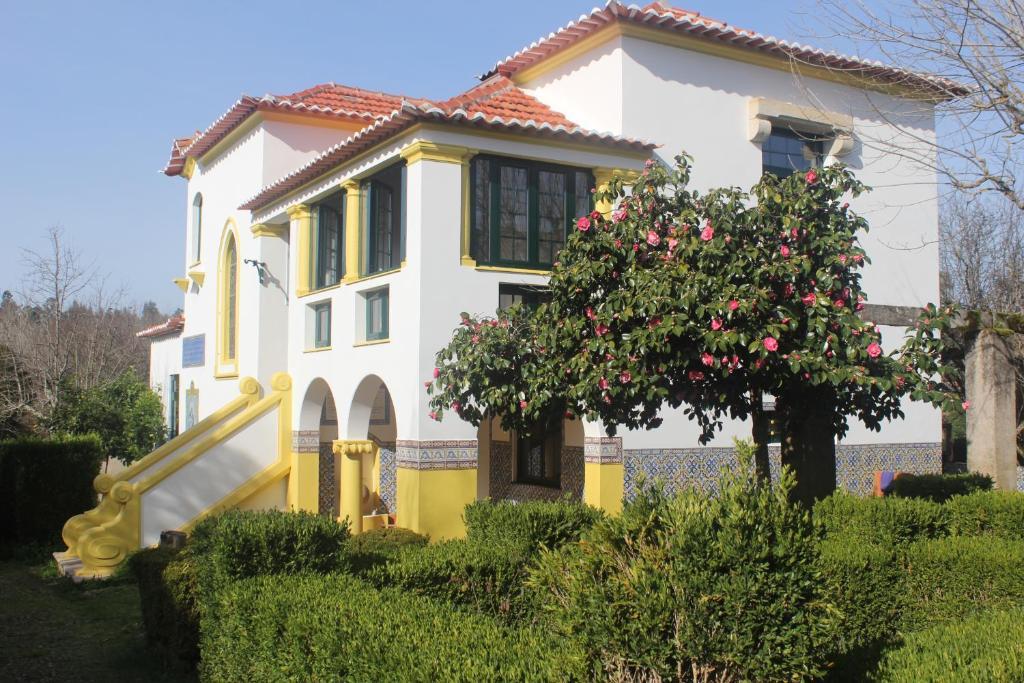 A garden outside B&B Casa das Eiras