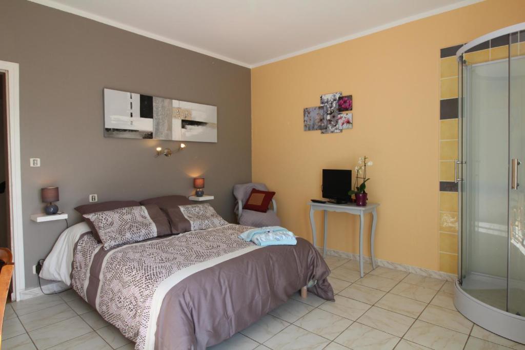 Ένα ή περισσότερα κρεβάτια σε δωμάτιο στο Chambres d'Hôtes Le Belvédère