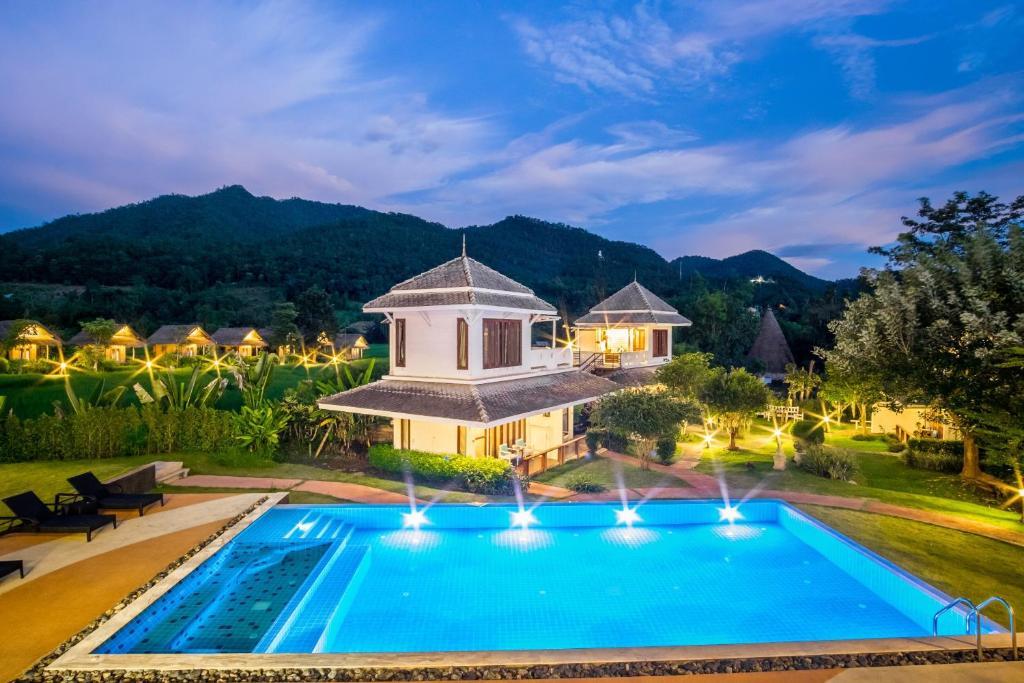 Het zwembad bij of vlak bij Pai Vieng Fah Resort