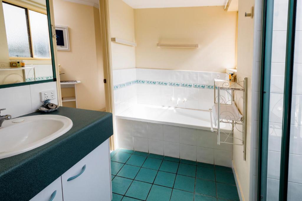 A Bathroom At Alexander Beachfront Apartments