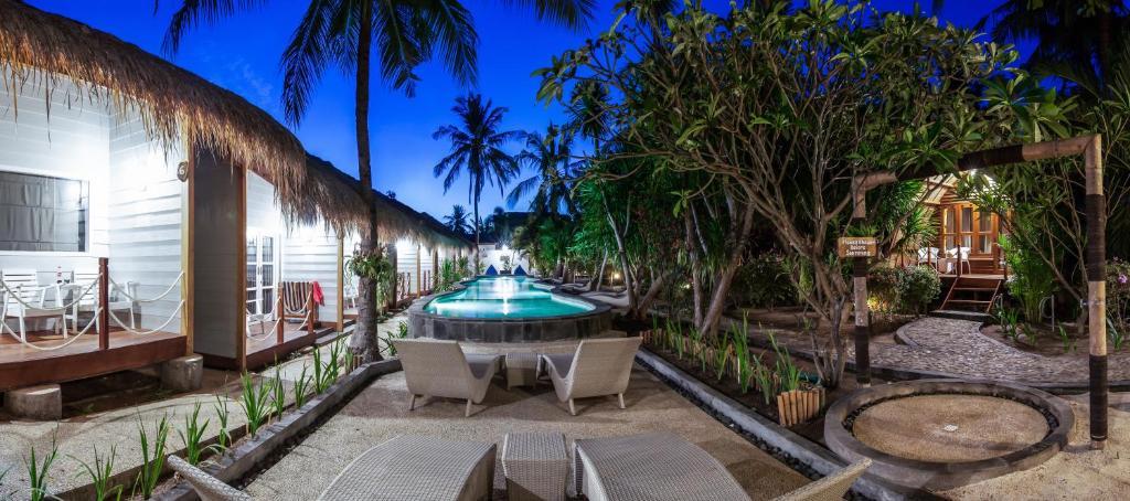 Der Swimmingpool an oder in der Nähe von Manta Dive Gili Trawangan Resort