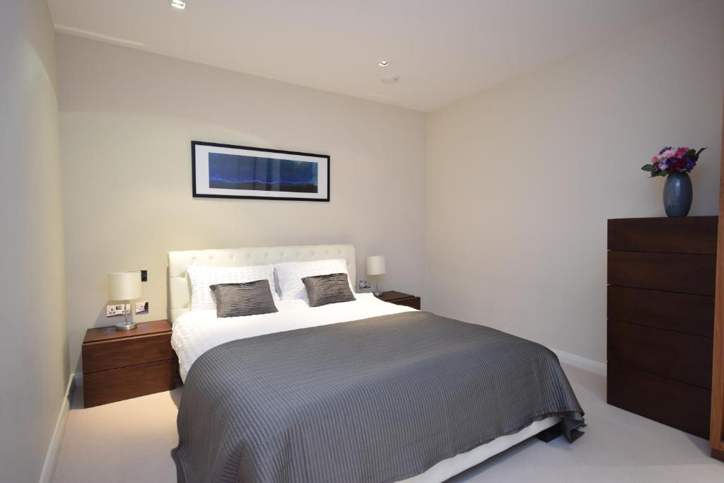 A bed or beds in a room at Valet Apartments Aston House