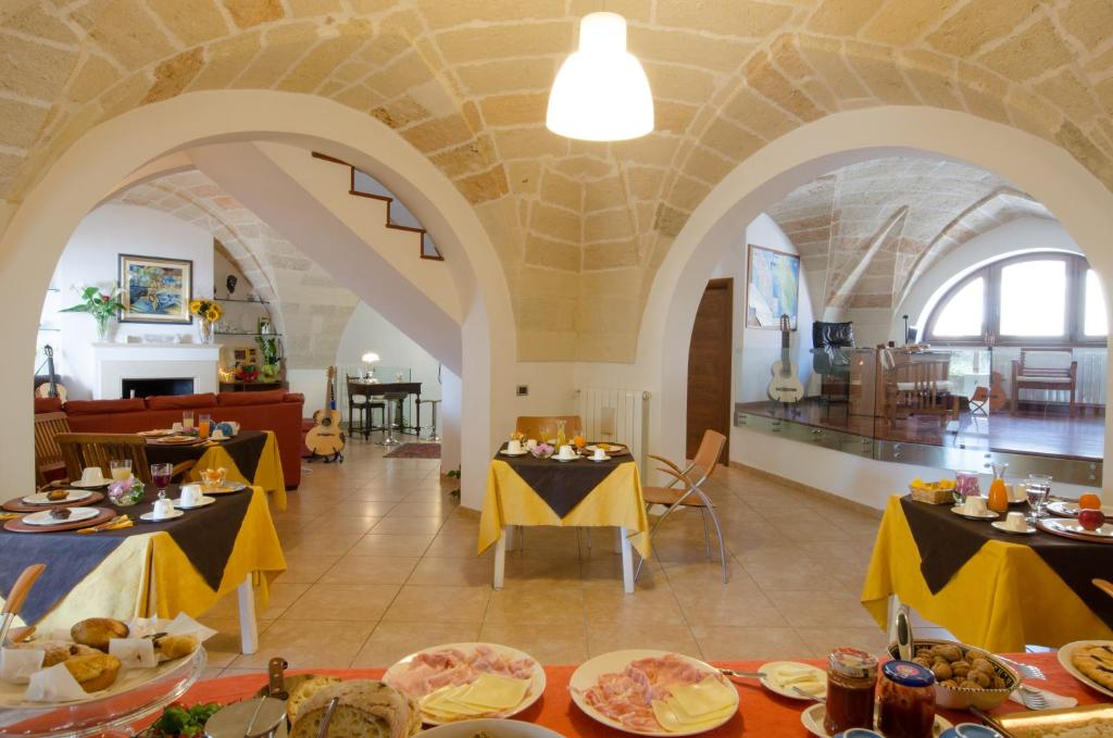 A restaurant or other place to eat at B&B L'Antica Rimessa Lecce