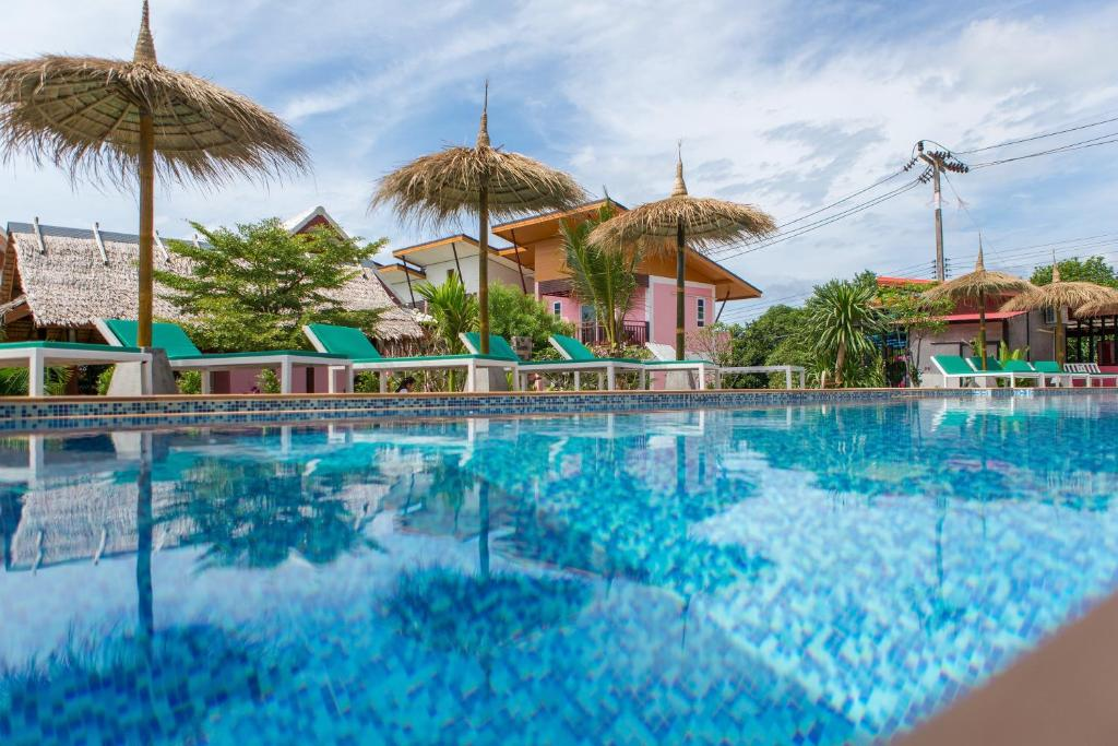 The swimming pool at or close to Pinky Bungalow Resort