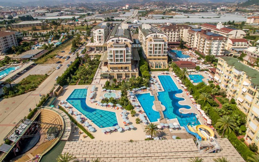 Отель Hedef Resort - Ultra All Inclusive с прямым доступом к частному пляжу у Средиземного моря расположен в городе Конаклы, в 7 км от пляжа Улас и зоны для пикника. К услугам гостей ресторан, открытый бассейн, детская игровая площадка и бесплатный Wi-Fi.