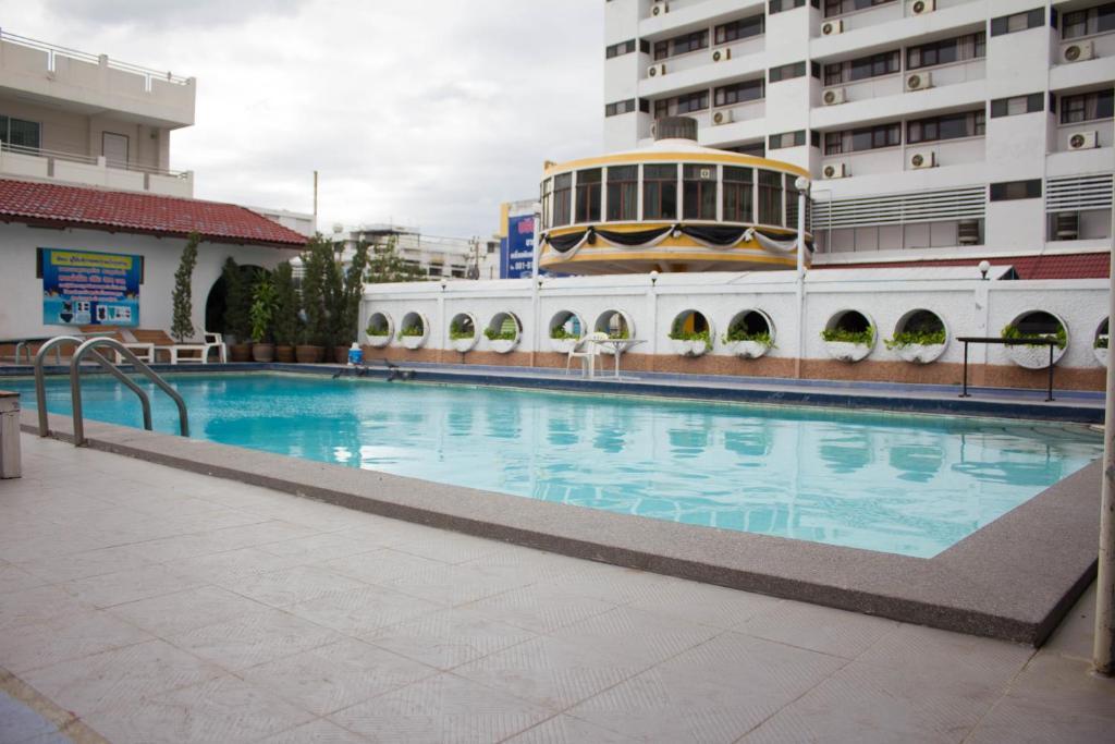 The swimming pool at or near Sripattana Hotel