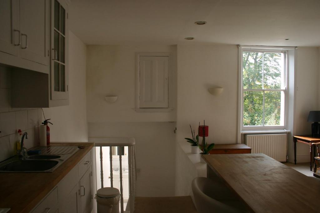 A kitchen or kitchenette at 160 Finborough Road Earls Court