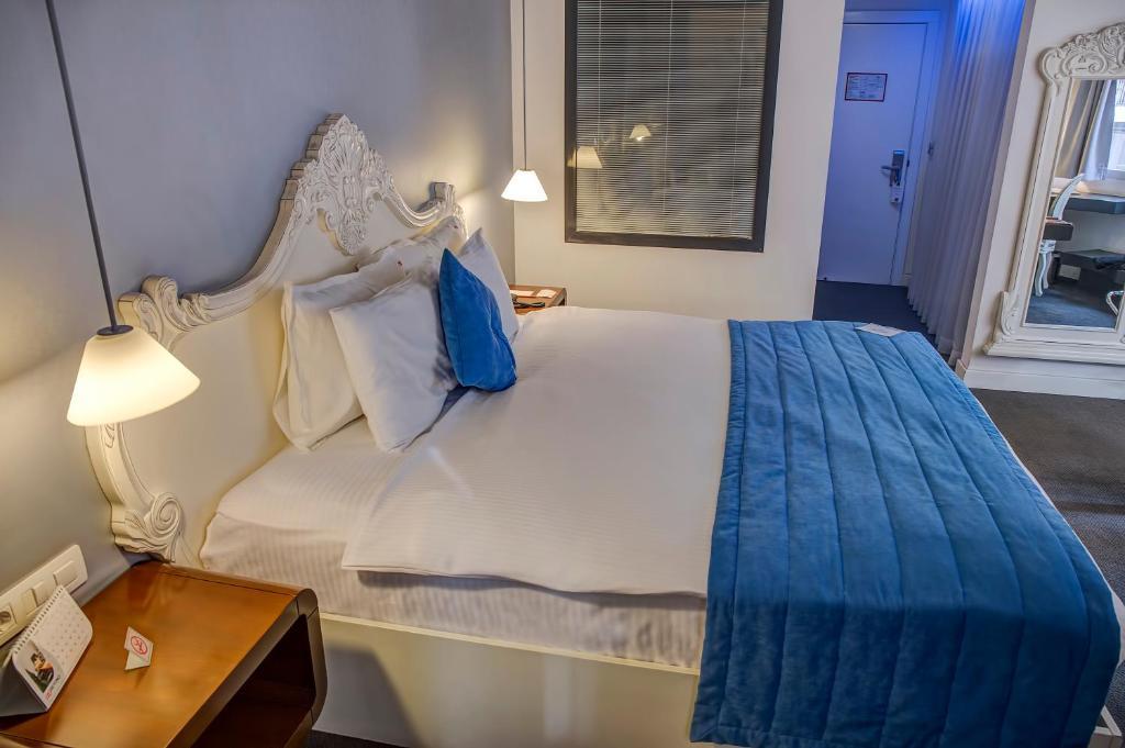 Un pat sau paturi într-o cameră la Hotel Beyond