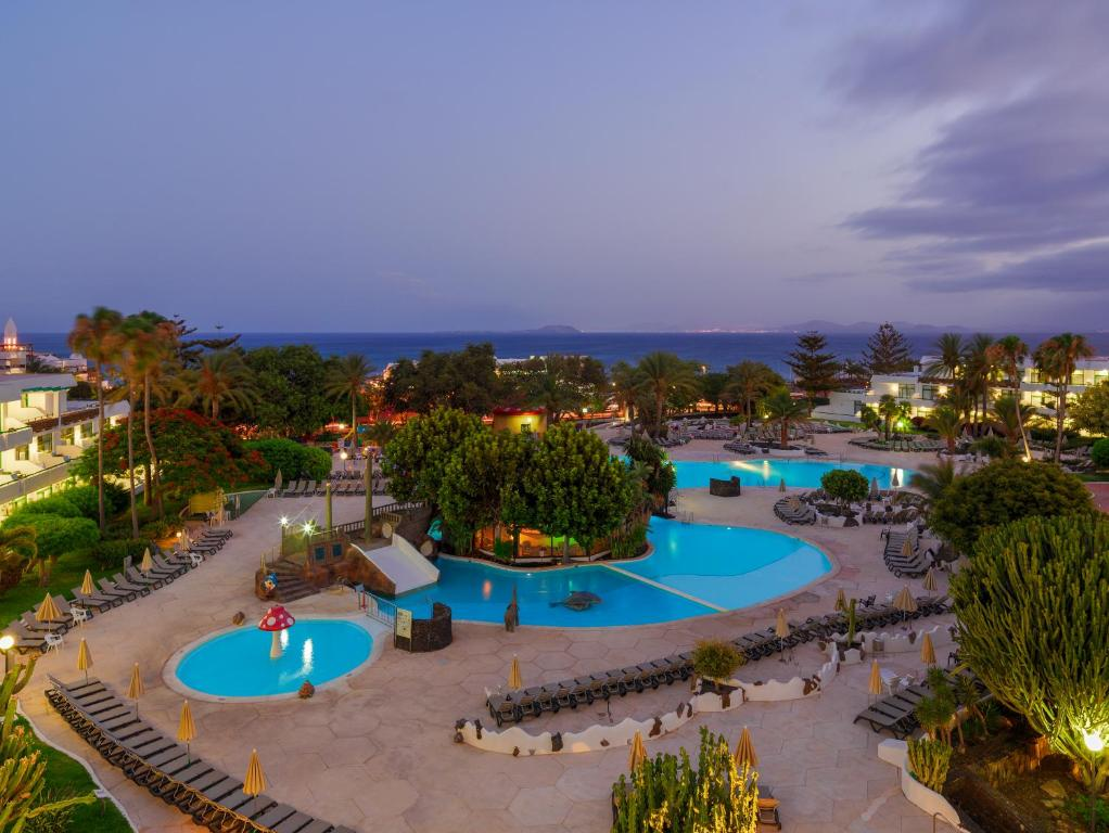 A view of the pool at H10 Lanzarote Princess or nearby