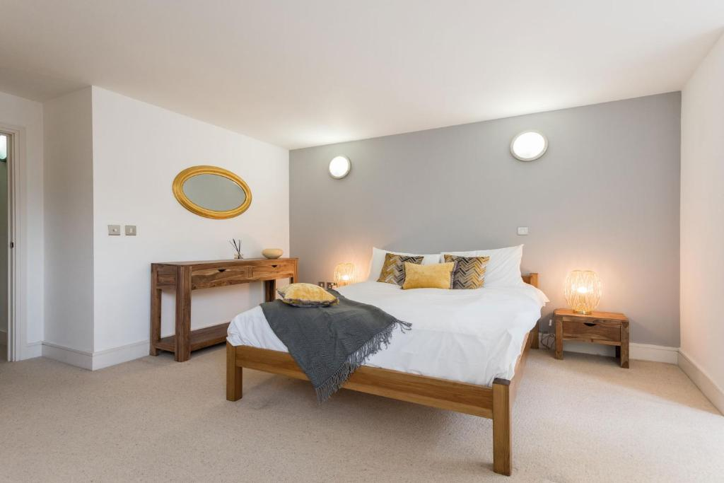 A bed or beds in a room at Creed 3 Bed London Bridge House