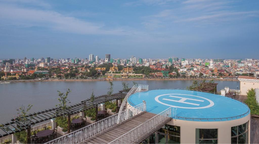 describe phnom penh Phnom penh's german cultural centre shows docos, subtitled khmer movies and international films described by organisers as an all-ages gathering of tech enthusiasts, crafters, educators, tinkerers.