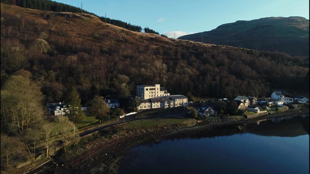 Blick auf Loch Long Hotel aus der Vogelperspektive