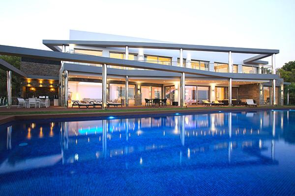 Luxury brand new villa on the first line from the sea fotografía