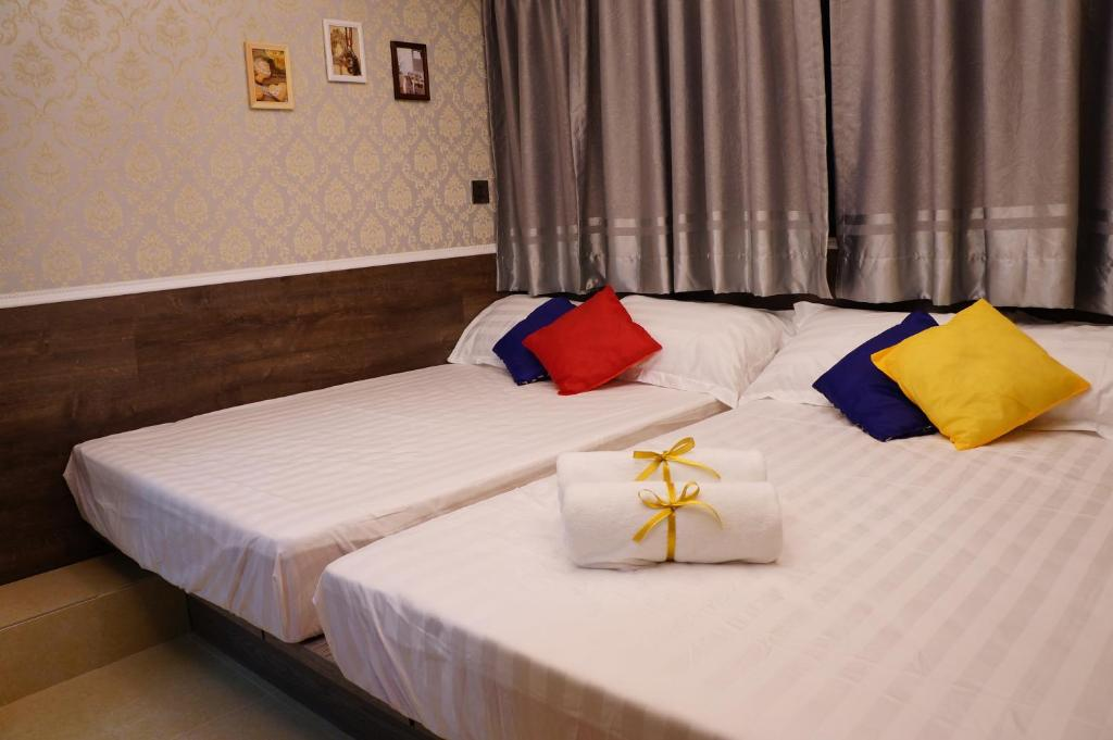 A bed or beds in a room at Coming Inn