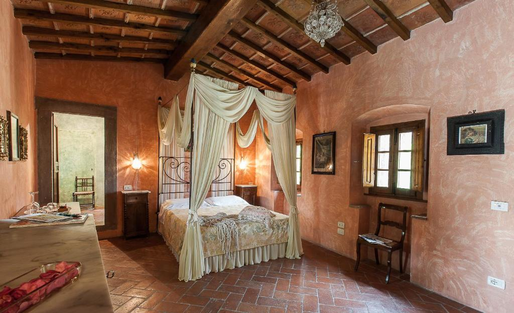 A bed or beds in a room at Villa Il Paradisino