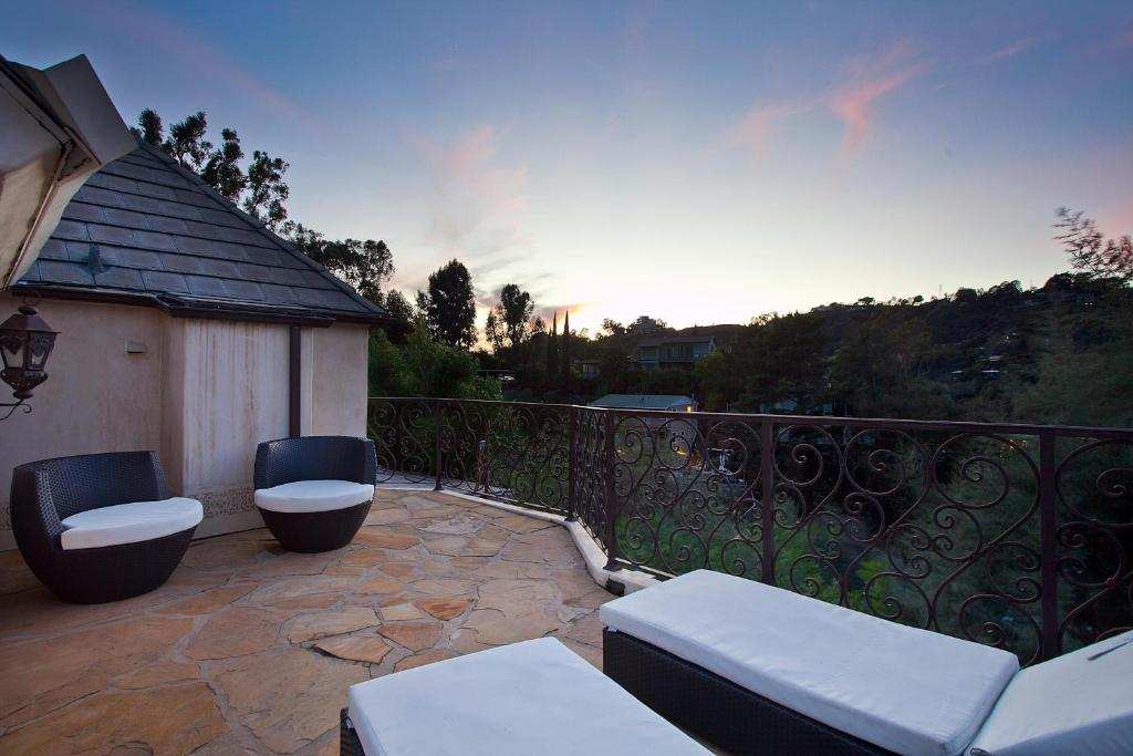 1004 hollywood hills villa los angeles ca. Black Bedroom Furniture Sets. Home Design Ideas
