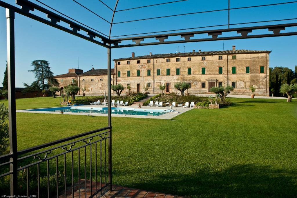 The swimming pool at or near Tenuta di Petriolo
