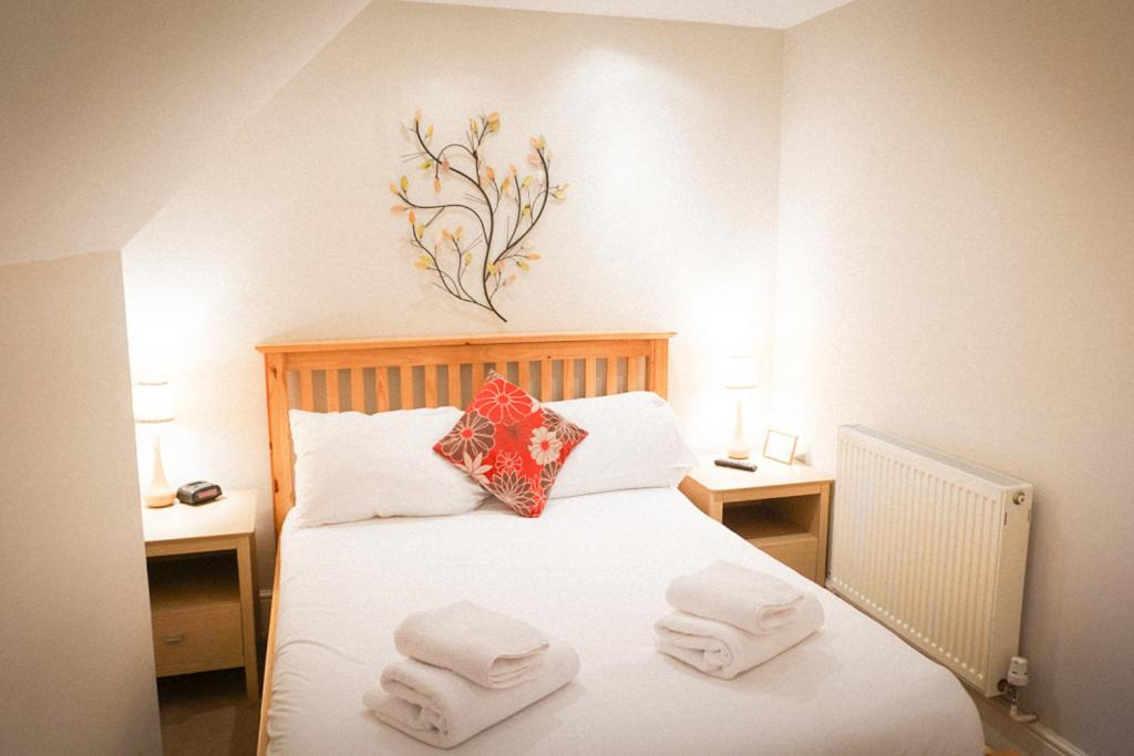A bed or beds in a room at The Shoe Inn